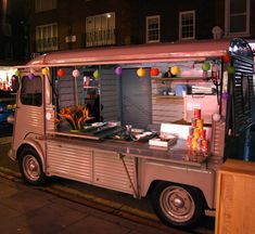 Vintage thai food van Mini Camper, Hy Citroen, Wedding Catering Prices, Beef Massaman Curry, Mobile Cafe, Mobile Food Trucks, Food Vans, Meals On Wheels, Retro Caravan