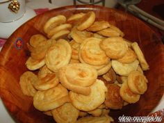 Sajtos korongok *** Hungarian Recipes, Pretzel Bites, Hungary, Bread, Cookies, Party, Desserts, Muffin, Foods