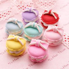 Adorable macaroons. These are hard enough to make in a plain version. And these have bows! Wow.