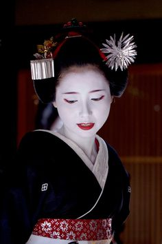 Mamehana as maiko wearing pampas grass kanzashi Japanese Geisha, Japanese Beauty, Asian Beauty, Japanese Kimono, Yukata, Fleurs Kanzashi, Memoirs Of A Geisha, Japanese Costume, Japan Art