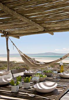 #tables déjeuner en terrasse un jour d'été vue plage & mer hamac sea sun beach summer