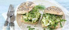 Deze eiersalade maak je met avocado in plaats van mayonaise; een stuk gezonder en toch lekker romig!