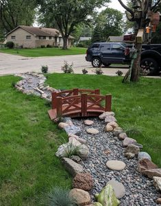 Dry river bed landscaping ideas: A classic and elegant wooden bridge Interested in renovating your garden? Nothing is more stunning than these dry river bed landscaping ideas. Read on, get inspired, and learn how! Cheap Landscaping Ideas, Home Landscaping, Landscaping With Rocks, Front Yard Landscaping, Dry Riverbed Landscaping, Florida Landscaping, River Rock Landscaping, Landscaping Design, Ponds Backyard