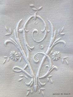 Articles vendus > Linge ancien de lit > LINGE ANCIEN /Grand drap avec magnifique travail de broderie et monogramme LV sur toile de lin fin - Linge ancien - Passion-de-Blanc - Textiles anciens