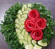 Best 12 La formalización de los cortes a la mesa de Año Nuevo. Fruit Salad Decoration, Vegetable Decoration, Food Decoration, Veggie Platters, Veggie Tray, Fruit And Veg, Fruits And Veggies, Food Carving, Food Garnishes