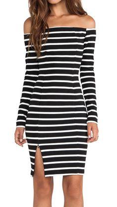 Rayas horizontales en vestido sin hombros