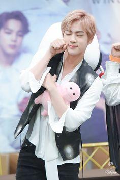 Jin is so cute/Jin es muy tierno :3