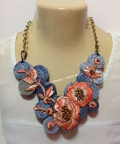 Maxi colar Jeans V Jewelry Crafts, Jewelry Art, Beaded Jewelry, Fashion Jewelry, Jewellery, Denim Flowers, Fabric Flowers, Textile Jewelry, Fabric Jewelry