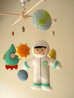 Móbile De Feltro Astronauta Planetas Foguete Universo - R$ 120,00 no MercadoLivre