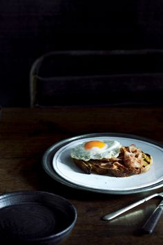 9x recepten voor een stevig ontbijt - Ham & eggs on toast | ELLE Eten
