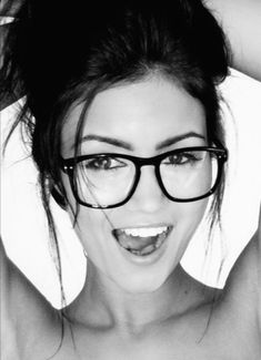 big glasses--wish I could pull this off, she is gorgeous! Cute Glasses, Girls With Glasses, Hipster Glasses, Nerd Glasses Outfit, Geek Glasses, Glasses Style, Wearing Glasses, Ray Ban Sunglasses, Trending Sunglasses