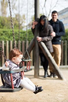 sesión de fotos familiar al aire libre. niña en el columpio. pelirroja. familiar outdoors photography session. kid in the swing. redhead.   http://imatgesdevidre.com