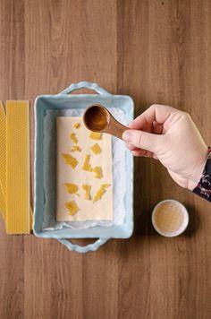 Na pekáč alebo zapekaciu misku položte papier na pečenie, látku, na ktorú rovnomerne rozložte natrhanú medzistienku a vložte do rozohriatej rúry. Voskovaný obrúsok bude hotový za pár minút. Ide to jednoducho a veľmi rýchlo. Keď sa vosk v rúre roztopí, zapekaciu misky vyberte von a povoskovanú látku odstráňte z papiera na pečenie. Spoon Rest, Tableware, Dinnerware, Dishes, Serveware