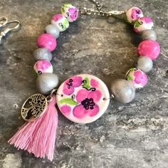Κολιε από πολυμερικο πηλό με ζωγραφιστές χαντρες | | Tria-Aegina Jewelry Necklaces, Beaded Bracelets, Arts And Crafts, Handmade Jewelry, Beautiful, Fimo, Handmade Jewellery, Pearl Bracelets, Jewellery Making
