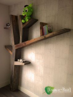 bibliothèque arbre en bois de grange Toddler Loft Beds, Public Library Design, Star Wars Room, Pallet Crates, Corner Wall, Wooden Shelves, Barn Wood, Furniture Decor, Wood Projects