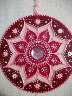 """Mandala Móbile """"MANDALA ROSA FUEGO: Esta mandala se asocia con el Rayo Rosa (energía cósmica) de la Gran Hermandad Blanca de Maestros Ascendidos; son Los seres iluminados que protegen y guiar a la humanidad a milenios. Los activos de color rosa cualidades del aspecto femenino como la bondad, la paciencia, la comprensión, la belleza, la buena voluntad y el amor en todos los niveles. Al meditar con este mandala puede convertir sentimientos dulces y pacíficos y despertar el amor en las… Mandala Art, Mandala Rosa, Mandala Painting, Dot Painting, Mandala Design, Old Cd Crafts, Diy And Crafts, Arts And Crafts, Cd Recycle"""
