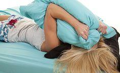 (Zentrum der Gesundheit) - Migräne setzt schachmatt. Meist ist das Bett der einzige Ort, an dem es sich mit Migräne aushalten lässt. Migräne gilt bislang als unheilbar. Ihre Ursache ist unbekannt. Ja, selbst über die möglichen Auslöser (Trigger) einer Migräne streitet man sich. Sicher ist jedoch, dass ein Magnesiummangel die Entstehung einer Migräne fördern kann. Erfahrungen zeigen ferner, dass ein ganzheitlicher Massnahmenkatalog die Migränehäufigkeit deutlich reduzieren, ja, die Migräne…