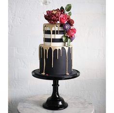 Winter weddings need a cake with real drama, something to make a statement… If that is what you're looking for, please let us introduce you to Sweet Bloom Cakes' black, gold and white creation. The monochrome top tier is super stylish and the combination Bolo Drip Cake, Drip Cakes, Pretty Cakes, Beautiful Cakes, Amazing Cakes, Stunningly Beautiful, Black And Gold Cake, Black Gold, Pink Black