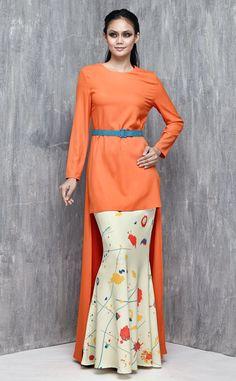 EMEL X SERENA C - TIVELA - Modern Asymmetrical Hemline Baju Kurung (Orange) This edgy and modern baju kurung with high-low asymmetric hemline is a sure showstopper for Raya. Featuring our Exclusive Print bias cut skirt with adjustable belt included with purchase (removable). #emelxCLPTS #emelxSerenaC #emelbymelindalooi #bajuraya #bajukurung #emel2016 #raya2016 #SerenaC #lookbook #asymmetrical #print #orange