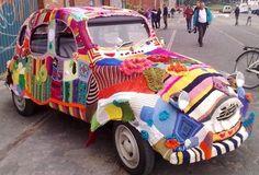Découvrez le Yarnbombing, la folie du tricot, des créations insolites au…