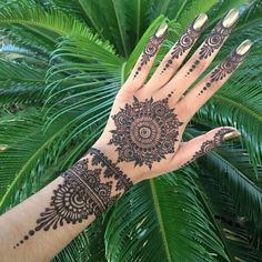 Everybody would love getting a henna tattoo once in a while. So, here are some wonderfun henna tattoo designs that you would love to see. Henna Tattoo Hand, Henna Tattoo Designs, Henna Tattoos, Henna Tattoo Bilder, Henna Tattoo Muster, Tattoo Neck, Tattoo Ideas, Tattoo Tree, Paisley Tattoos