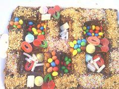 Tarta de galletas con chocolate decorada con cucherias y almendras fritas