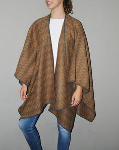 PONCHO RUANA ZIG ZAG AMARILLO CON GRIS #alpaca #ponchos #poncho #alpacawool #handmade #poncho #bealpaca #sweaterweather #cape