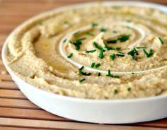 Sapete come si fa la ricetta del hummus di ceci in casa? questa gustosa crema libanese è facile da fare e ottima se accompagnata a verdure cotte e crude
