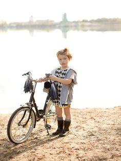 burda style - Schnittmuster für Kinder -  Sweater mit Kapuze und Overall mit Kontrasteinfassung und bunten Knöpfen. Foto: Daniela Reske