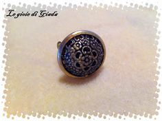 Collana realizzata con perle di pietra di luna e perle in ottone naturale, come pendente ho incastonato in un link di ottone naturale una p...