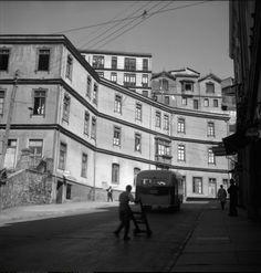 la micro subiendo por Yerbas Buenas, vista desde la Plazuela Ecuador. 1950. Ecuador, Old Photos, Louvre, Street View, Black And White, Building, Travel, Amor, Old Houses