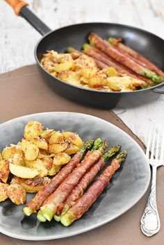 Spargel im Schinkenmantel mit Parmesankartoffeln – Kleines Kulinarium Asparagus in ham with Parmesan potatoes – Small culinary Salmon Recipes, Potato Recipes, Meat Recipes, Pasta Recipes, Healthy Eating Tips, Healthy Snacks, Healthy Recipes, Vegetable Drinks, Vegetable Recipes