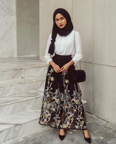 Adorable Floral Outfits Ideas For Spring – Hijab Fashion Modest Dresses, Trendy Dresses, Modest Outfits, Classy Outfits, Skirt Outfits, Dress Skirt, Floral Outfits, Hijab Casual, Hijab Outfit