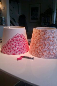 DIY Inspiration: Lampenschirme mit einem Marker gestalten // decorating lampshades with a pen. A very cool way to jazz up a boring lamp shade the inexpensive way. I like how te patterns have been kept simple too ; Decorate Lampshade, Painted Lampshade, Diy Lampshade, Painting Lampshades, Lampshade Designs, Diy Projects To Try, Craft Projects, Diy Luminaire, Sharpie Crafts