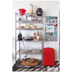 """""""Se o lar é alugado ou o dinheiro está curto, investir em uma estante pode ser uma saída para organizar os utensílios de cozinha #decorarmaispormenos…"""""""