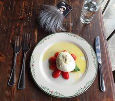 Having lunch with Karlito 😍 #iphonecase #lunch #italianfood #nyc #fendi #moalmada @fendi