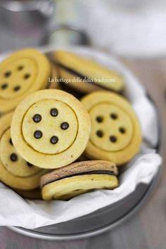 Baiocchi homemade  Ingredienti: (per circa 45 biscotti)  350g di farina 00 80g di nocciole tostate ridotte in polvere 120g di zucchero a velo 150g di burro ammorbidito 50g di fecola 1 uovo intero 1 tuorlo nutella qb