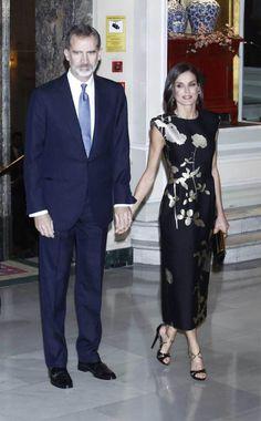 29 November 2019 - King Felipe and Queen Letizia attend Francisco Cerecedo Award ceremony in Madrid - dress by Dries van Noten Hollywood Fashion, Royal Fashion, Princess Of Spain, Estilo Real, Spanish Royal Family, Special Dresses, Power Dressing, Mini Vestidos, Queen Letizia