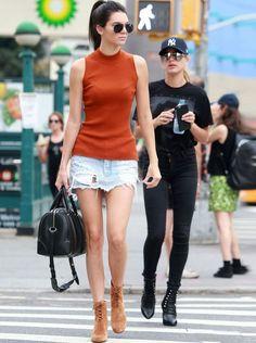 kendall-jenner-minissaia-jeans-turtleneck-oculos
