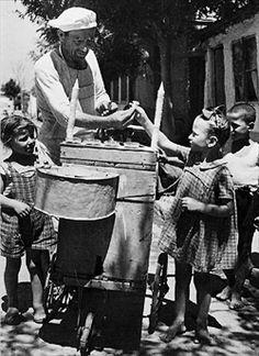 Εικόνες άλλης εποχής, από μια Ελλάδα φτωχή, αλλά καθόλου μίζερη. Φωτογραφία από το λεύκωμα του Όθωνα Τσουνάκου «Φτου ξελευτερία» (Εκδ. Ηλιοτρόπιο)