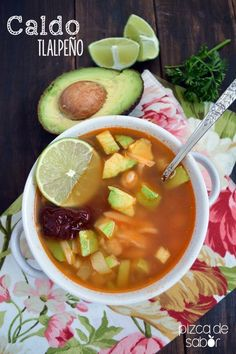 Caldo tlalpeño (con garbanzos, pollo, aguacate, queso y chile chipotle) - www.pizcadesabor.com
