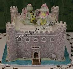 Castle cake Full-on medieval castle with inner keep & towers. Medieval Wedding, Medieval Castle, Castle Wedding Cake, Castle Cakes, Wedding Cakes With Cupcakes, Cupcake Cakes, Wedding Candy, Handfasting, Creative Cakes