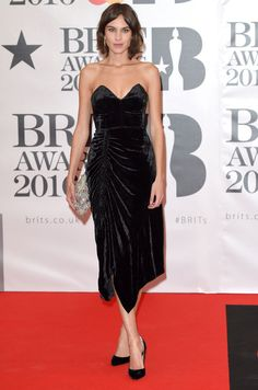 Alexa Chung in a velvet dress by Preen, with a sparkly clutch at the Brit awards, 24 February 2016 Alexa Chung Style, Vanity Fair, Brit Awards 2016, Sparkly Clutches, Strapless Dress Formal, Formal Dresses, Vogue, Carpet Trends, Portraits