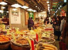 Marché Nishiki  錦市場  Adresse : Nishikikōji-dōri entre Teramachi & Takakura, Nakagyo ku, Kyoto.  Téléphone : +81 (0)75 211 3882.  Horaires : horaires d'ouverture et de fermeture variant selon les magasins, généralement de 9h à 18h.   Accès : moins de 5 minutes à pieds de la station Shiko sur la ligne Karasuma ou à partir des stations Karasuma ou Kawaramachi sur la ligne Hankyu.