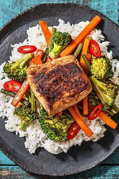 Pork fillets with honey-thyme sauce, baked sweet potato slices and bush beans Baked Sweet Potato Slices, Cooking Box, Pork Fillet, Vegetarian Recipes, Healthy Recipes, Spicy Sauce, Sliced Potatoes, Kitchen Dishes, Fresh Vegetables