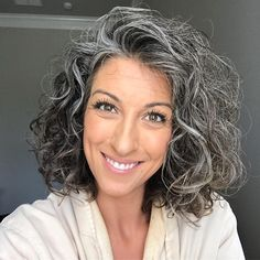 19 Women Who Embraced Their Gray Hair and Now Rock the World With Their New Look… - Weißes Haar Grey Curly Hair, Curly Hair Styles, Natural Hair Styles, Emo Hair, Short Grey Hair, Natural Curls, Grey Hair Transformation, Grey Hair Over 50, Gray Hair Highlights