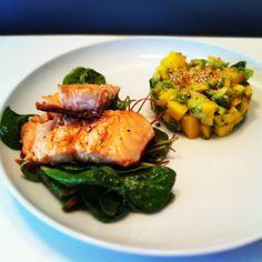 """Ein sommerliches Gericht, das schnell, leicht und gesund ist und auch noch in die """"Low Carb""""-Ecke passt… Was will man mehr? Also ab an die Fischtheke! Zutaten für 2 Portionen 300 …"""
