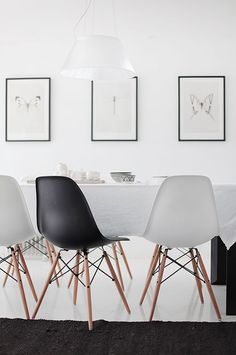 White and black living nordic interiors Eames chairs DSW Interior Design Inspiration, Home Interior Design, Interior Decorating, Interior Ideas, House Design Photos, Eames Chairs, Dining Chairs, Dining Rooms, Dining Table