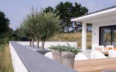Onder tuinarchitectuur aangelegde duintuin op Schiermonnikoog. In het tuinontwerp is rekening gehouden met omgeving zodat tuin en duin op elkaar aansluiten.