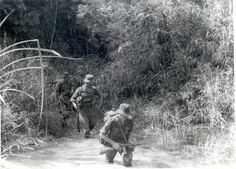 British soldiers on jungle patrol in Malaya Malayan Emergency, Psychological Warfare, Military Special Forces, War Photography, British Soldier, Military History, Britain, Past, Tactical Guns